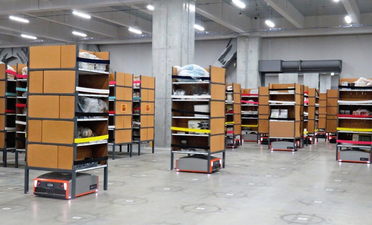ニトリの搬送用ロボット「バトラー」。AIと連携して棚を無人で動かす(大阪府茨木市)