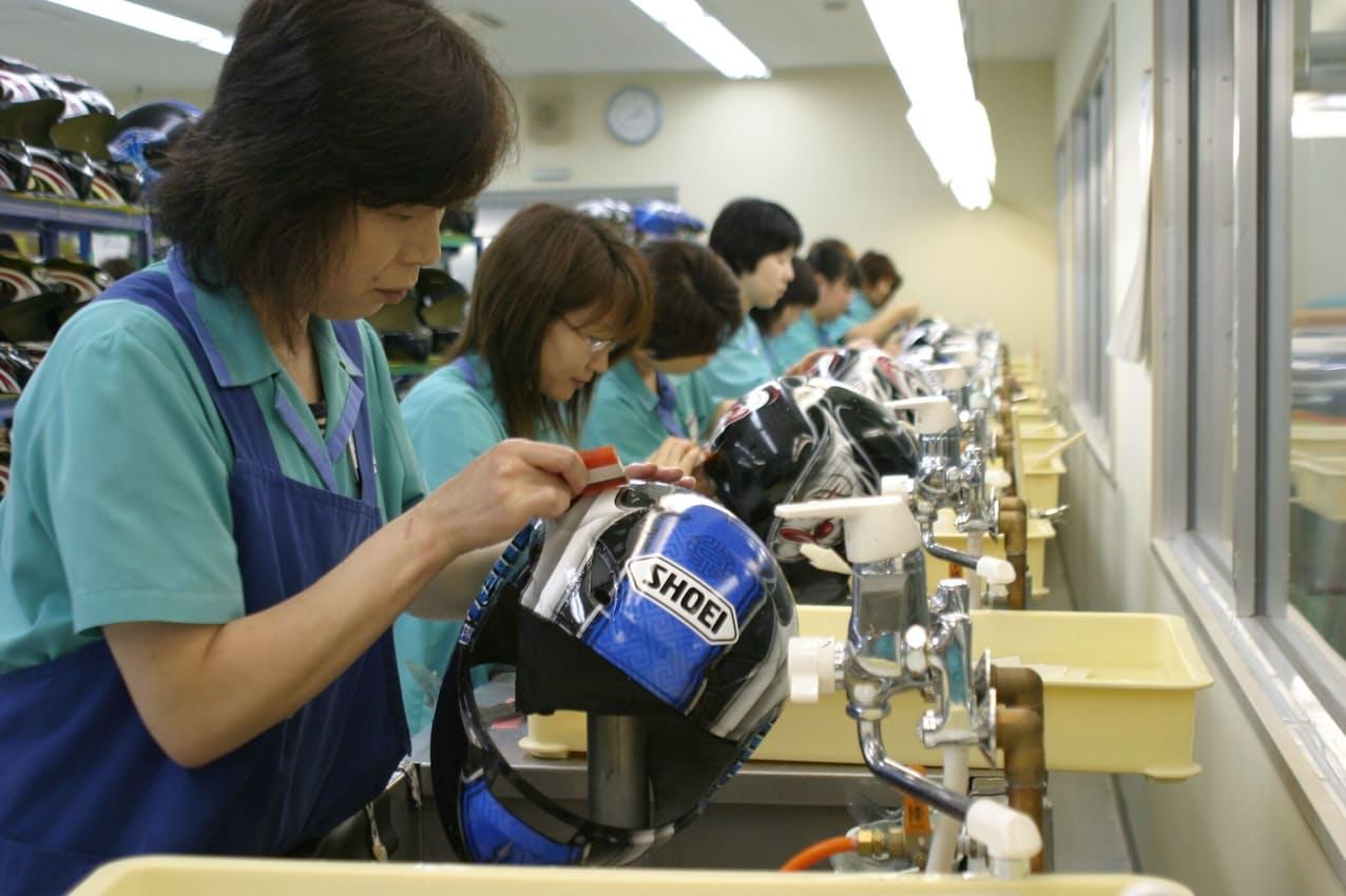 SHOEI岩手工場のヘルメット生産風景
