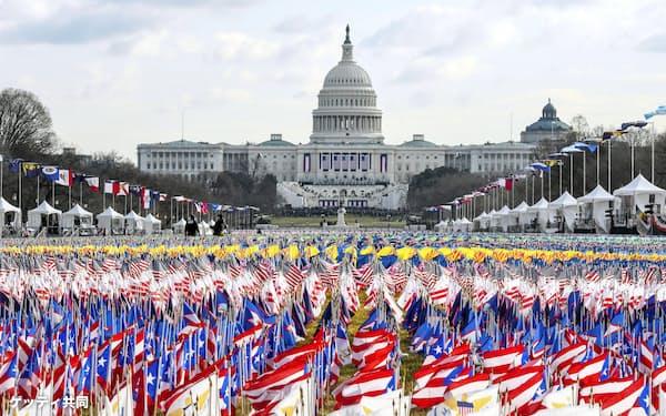 バイデン米新大統領の就任式が行われる連邦議会議事堂周辺に立てられた全米各州の旗=20日、ワシントン(ゲッティ=共同)