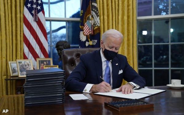 バイデン大統領は「パリ協定」復帰など国際協調を打ち出している(20日、ワシントン)=AP