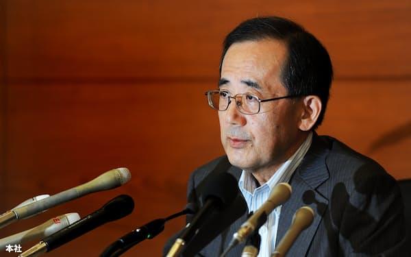 記者会見する日銀の白川方明・総裁=2010年8月30日午後、日銀本店。