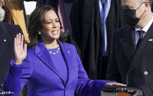 就任式で宣誓するハリス米新副大統領=20日、ワシントンの連邦議会議事堂(ロイター=共同)