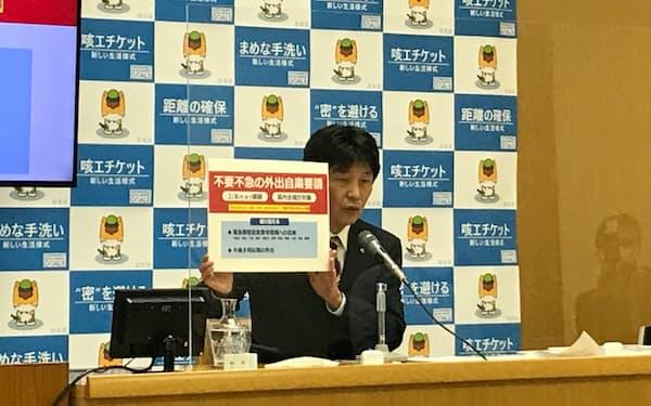 営業時間短縮の延長などを発表する山本一太知事(21日、前橋市)