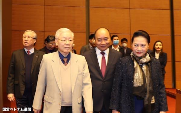 ベトナム共産党のチョン書記長(左から2人目)は元首の国家主席を兼ねる(チョン氏から右へフック首相、ガン国会議長)=国営ベトナム通信