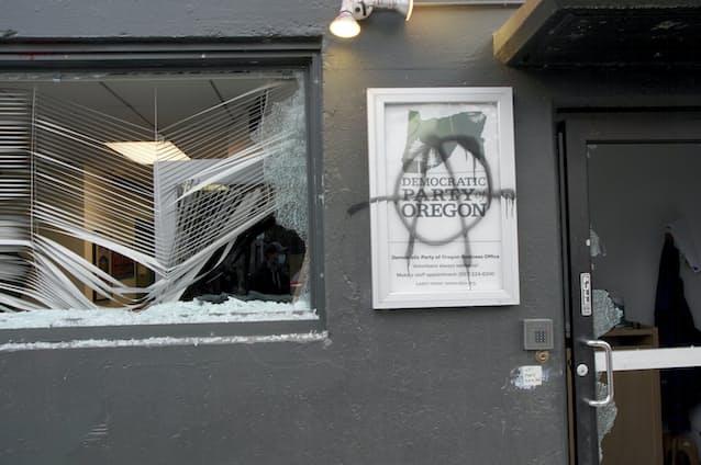 米新政権、抗議活動が一部暴徒化 オレゴン州など: 日本経済新聞