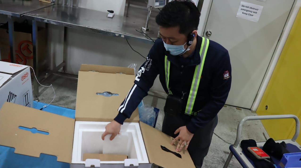センサーで貨物の温度や湿度、露光などをモニターできるシステムも活用する