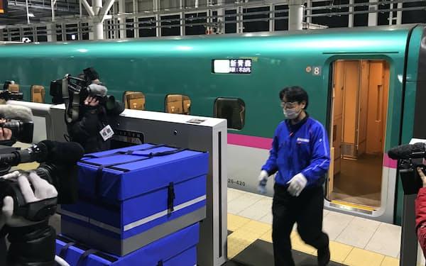 北海道新幹線に輸送試験用の荷物を運び込む佐川急便の担当者(新函館北斗駅)
