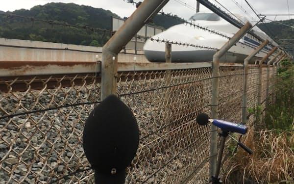 山陽新幹線では集音マイクで集めた台車の音をAIで正常かそうでないか判別する(実証実験の様子)