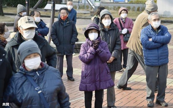岐阜県知事候補者の街頭演説に集まる有権者(7日、岐阜市)=共同