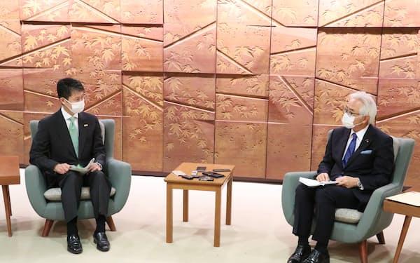 湯崎知事(左)は池田会頭に出勤者削減の協力要請をした(22日、広島県庁)