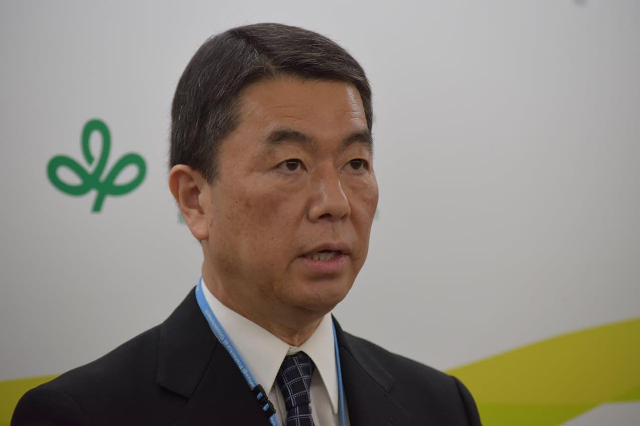 記者団の取材に応じる村井知事(22日、宮城県庁)