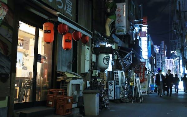 午後8時を迎え多くの店が閉店した東京・新橋の飲食店街(1月8日)