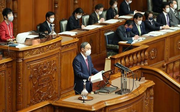 参院本会議で答弁する菅首相(22日)