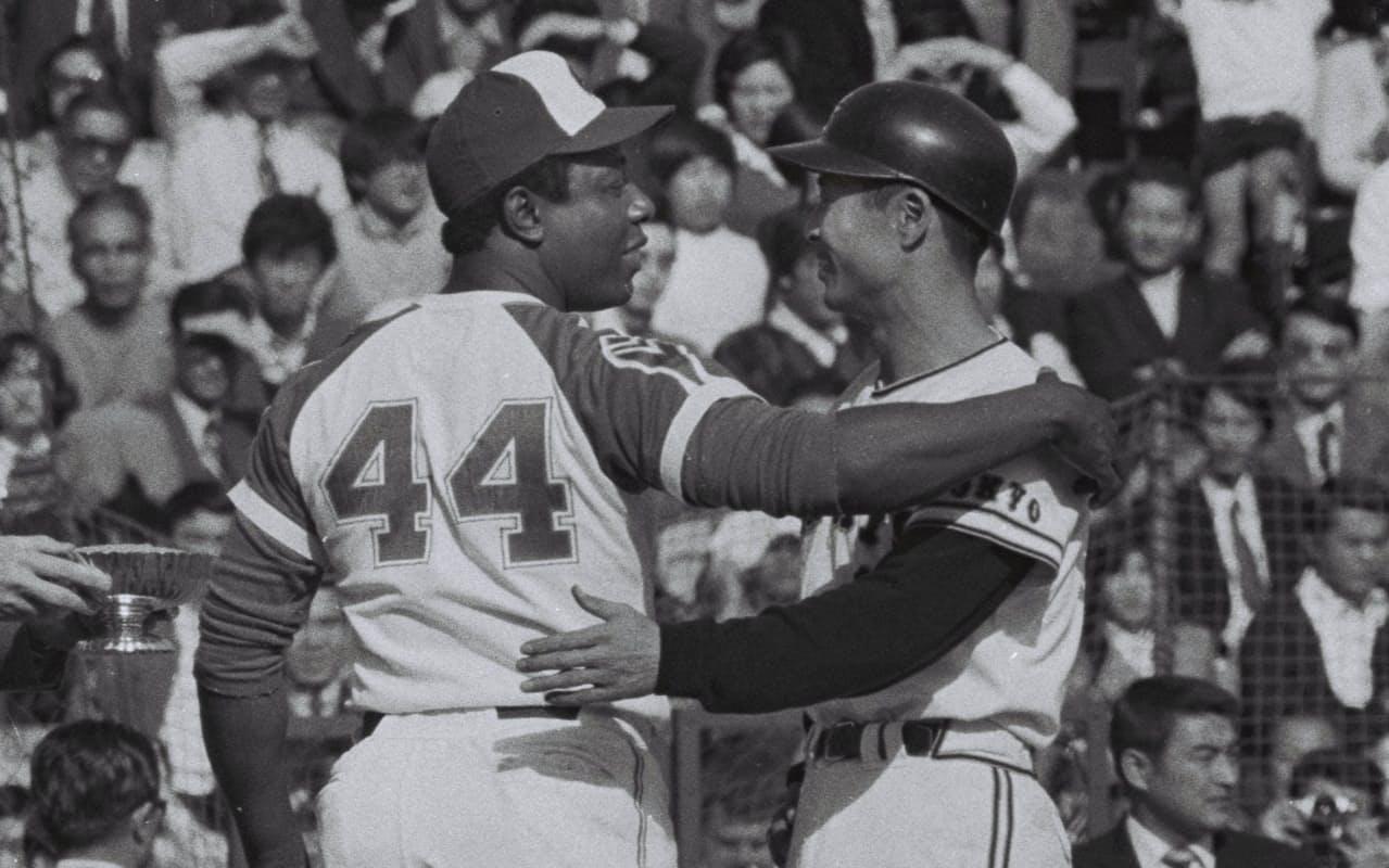 ホームラン競争で競い合った米大リーグ・ブレーブスのハンク・アーロン選手(左)と巨人の王貞治選手(1974年11月02日、東京・後楽園球場)