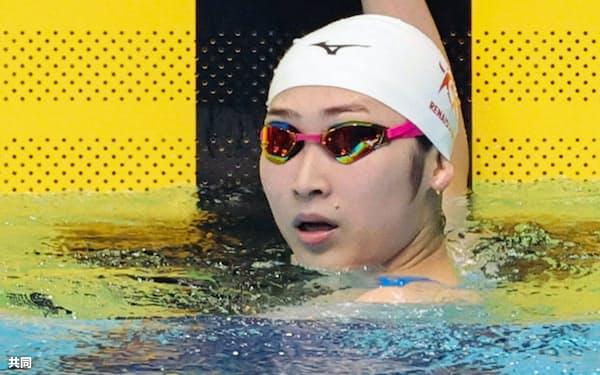 女子100メートル自由形決勝のレースを終え、タイムを確認する池江璃花子(東京辰巳国際水泳場)=代表撮影