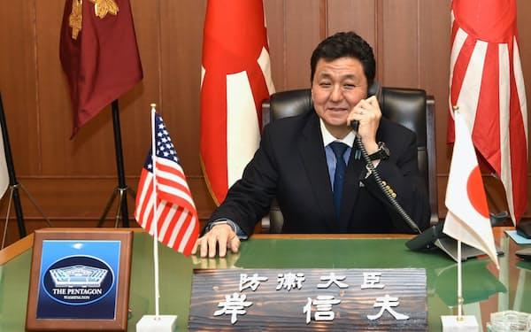 オースティン米国防長官と電話協議する岸防衛相(24日)=防衛省提供