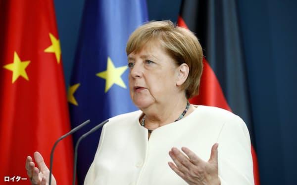 欧州の対中政策は転機を迎えている(写真は2020年9月、欧州連合と中国の首脳会議後に記者会見するメルケル独首相=ロイター)