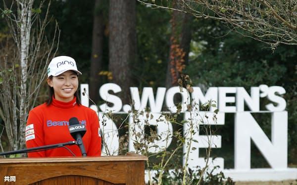 昨年12月の全米女子オープン、第2ラウンド終了時点で首位に立ち、笑顔で記者会見にのぞむ渋野日向子=共同