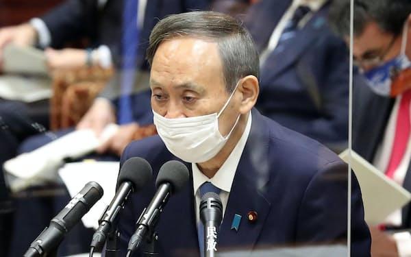 衆院予算委で答弁する菅首相(25日)