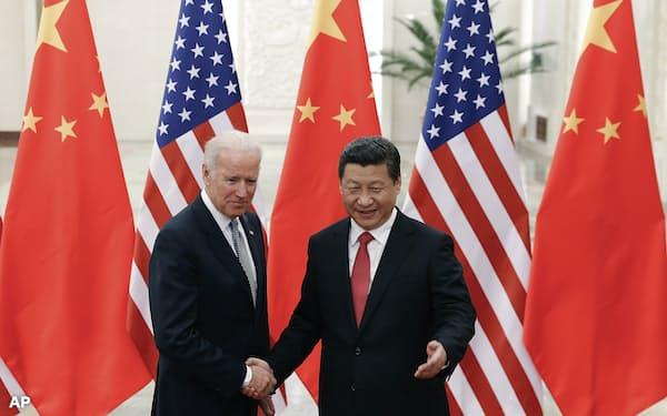 習近平国家主席とバイデン米副大統領(2013年12月4日当時、北京市)=AP