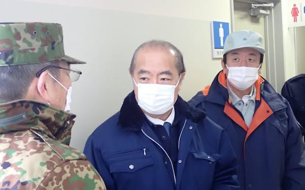 鳥インフルエンザの対応にあたる富山県の新田八朗知事(写真中央、23日)