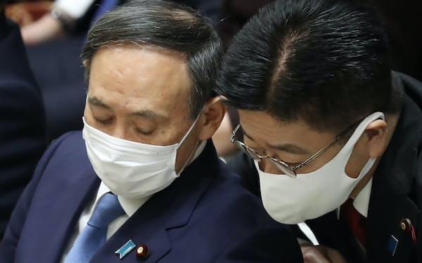 衆院予算委で加藤官房長官(右)と言葉を交わす菅首相(25日)