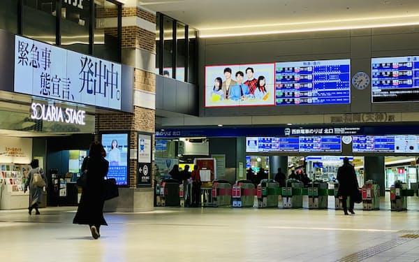 午後8時台には天神の駅の人出は少なかった(25日、福岡市)