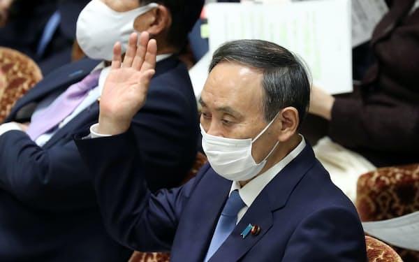 衆院予算委で答弁に立つ菅首相(25日)