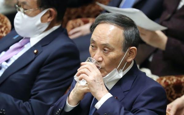 衆院予算委で水を口にする菅首相(25日)