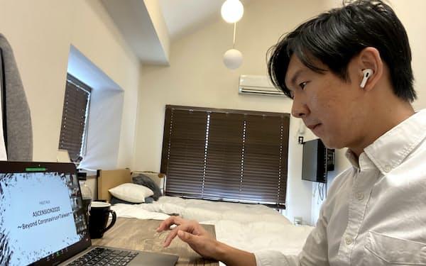 宿泊施設で隔離生活をしながら、日本でのビジネスの準備をするクオCEO(福岡市)