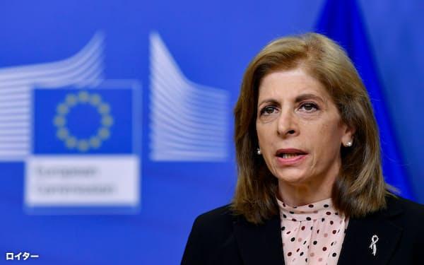 25日、記者会見する欧州委員会のキリアキデス委員=ロイター