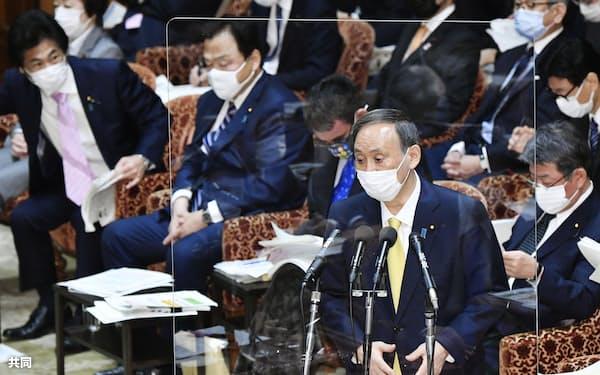 衆院予算委で答弁する菅首相(26日午前)=共同