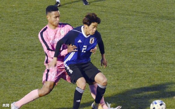 20年12月、練習試合でプレーするサッカーU-19日本代表の西川潤(右)=共同