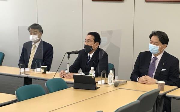 党執行部と派閥によるハイブリッド型の対応も期待される(都内、21日にオンライン併用で開かれた岸田派総会)