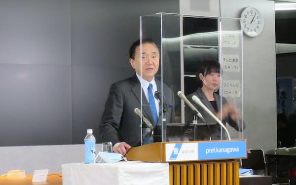 神奈川県の黒岩知事が最大病床数の見通しや宿泊療養施設の拡充を説明した(26日、県庁)