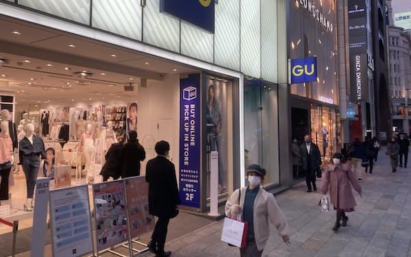 緊急事態宣言下でも人通りのあるジーユー銀座店前(1月22日夕方、東京都中央区)