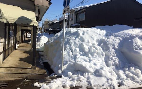 一斉雪下ろしで高田地区には道に「雪の山」ができた(25日、上越市)