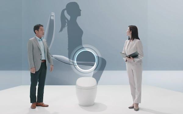 オンライン上で「ウェルネストイレ」のコンセプトを発表するTOTOの中村良次氏㊧
