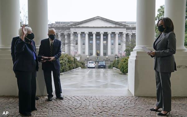 ハリス副大統領の立ち会いで宣誓するイエレン氏=AP