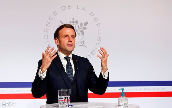 26日、ダボス・アジェンダで講演するマクロン仏大統領(パリ)=ロイター