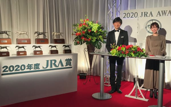 JRA賞のトロフィーも並び、実際の表彰式の雰囲気を醸し出す特別番組のセット