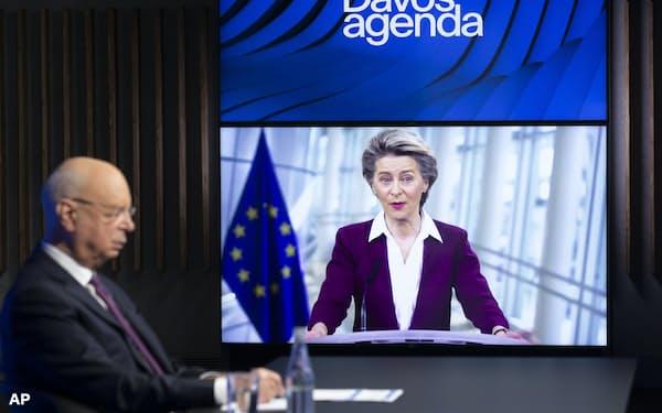 26日、世界経済フォーラムのオンライン会議に参加したフォンデアライエン欧州委員長(右)=AP