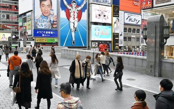 関西3府県に緊急事態宣言が出て2週間。人が行き交う道頓堀(27日、大阪市中央区)