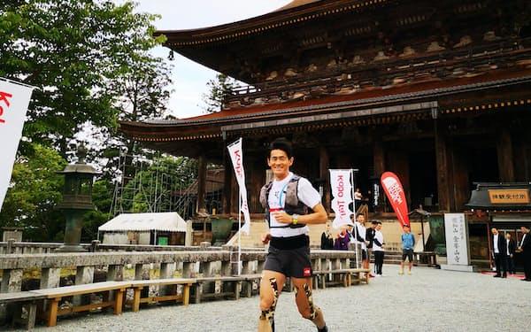 1200年前に弘法大師のたどった道を走る「弘法トレイル」は5月開催をめざす(2019年大会。全選手が出たのち筆者が後方から抜いていく形式で行われる)