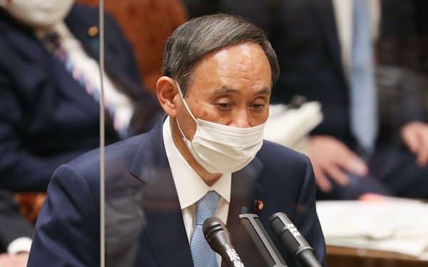 参院予算委で答弁する菅首相(27日午前)