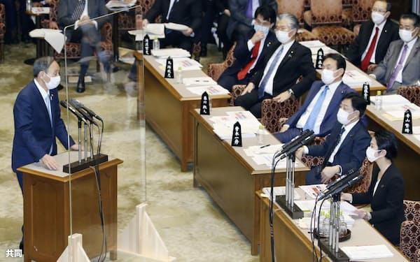 参院予算委で立憲民主党の蓮舫氏(右手前)の質問に答える菅首相=27日午後