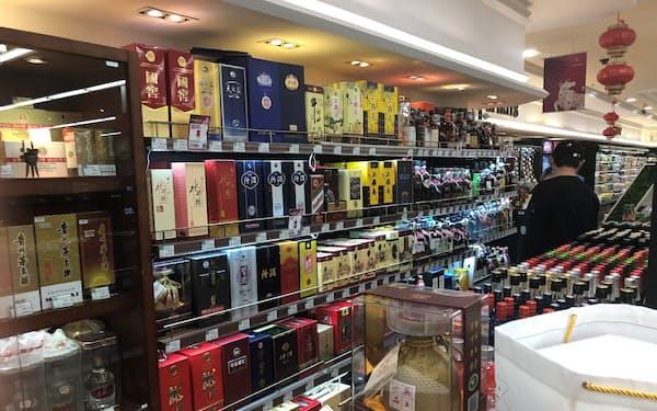 金融緩和などで白酒メーカーの株価は上昇してきた(北京市内のスーパー)