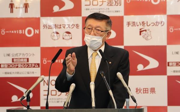 2021年度予算案について説明する秋田県の佐竹敬久知事(28日、秋田県庁)