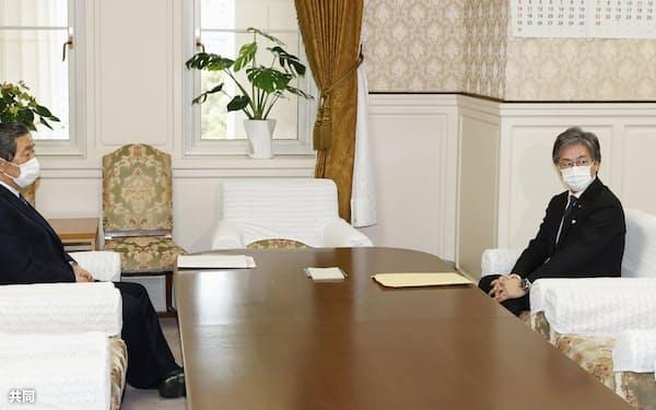 会談に臨む自民党の森山国対委員長(左)と立憲民主党の安住国対委員長=28日午前、国会
