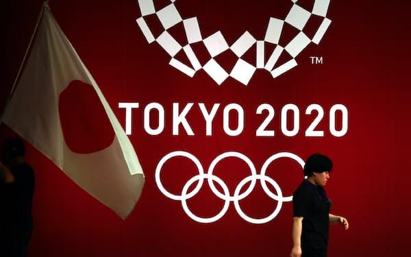 東京五輪のロゴと国旗